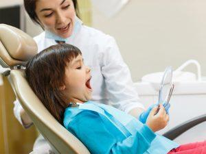 mergaite odontologo kabinete